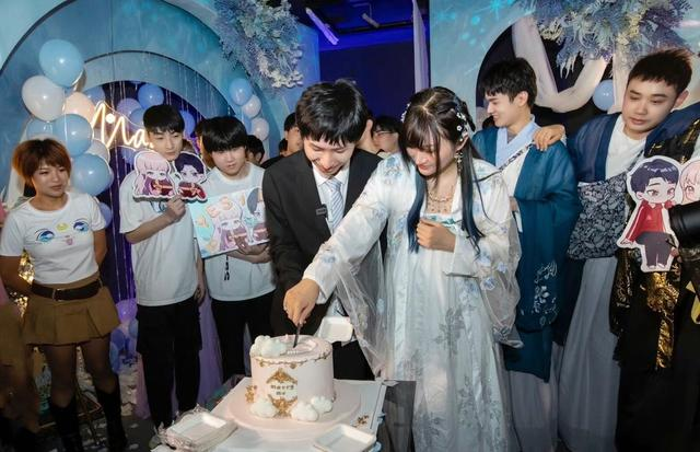 AG梦泪高调求婚女友兮兮,结束5年爱情长跑!