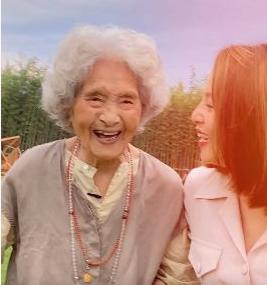 """抖音""""百岁吃货奶奶"""",喝可乐吃烧烤,无辣不欢爱火锅,像极了90后"""