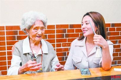 """百岁老人""""吃货奶奶""""被孙子捧为全县网红"""